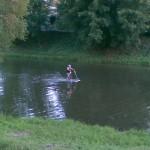Спортсмен-экстримал пересекает реку Харьков